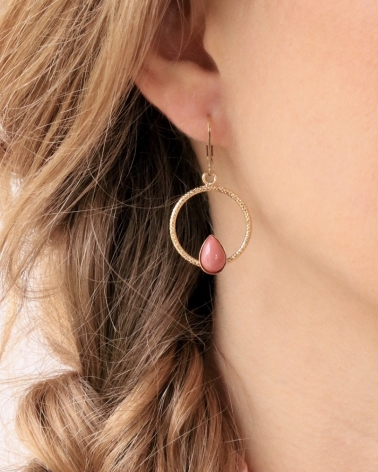 Boucles d'oreilles pendantes Lili portées en Rhodonite