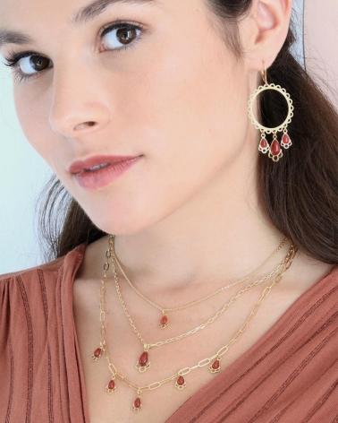 Collier pampilles Junon avec pierres fines gouttes en cornaline porté par Marie