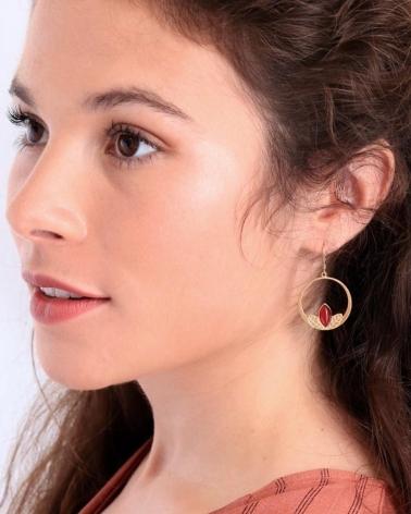 Boucles d'oreilles grandes dormeuses portées par Marie en Cornaline