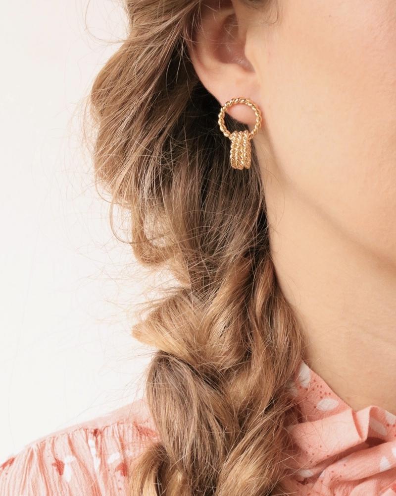 Boucles d'oreilles dorées triple anneaux entrelacés portées