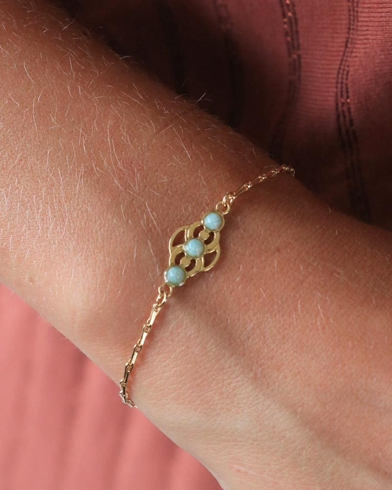 Bracelet chaîne Volubilis porté par Justine en amazonite