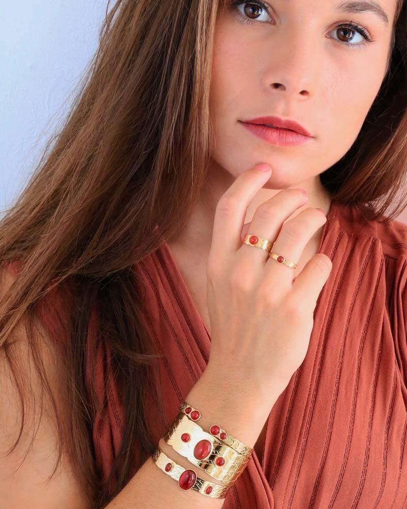 Marie porte les bracelets et les bagues Katniss en cornaline