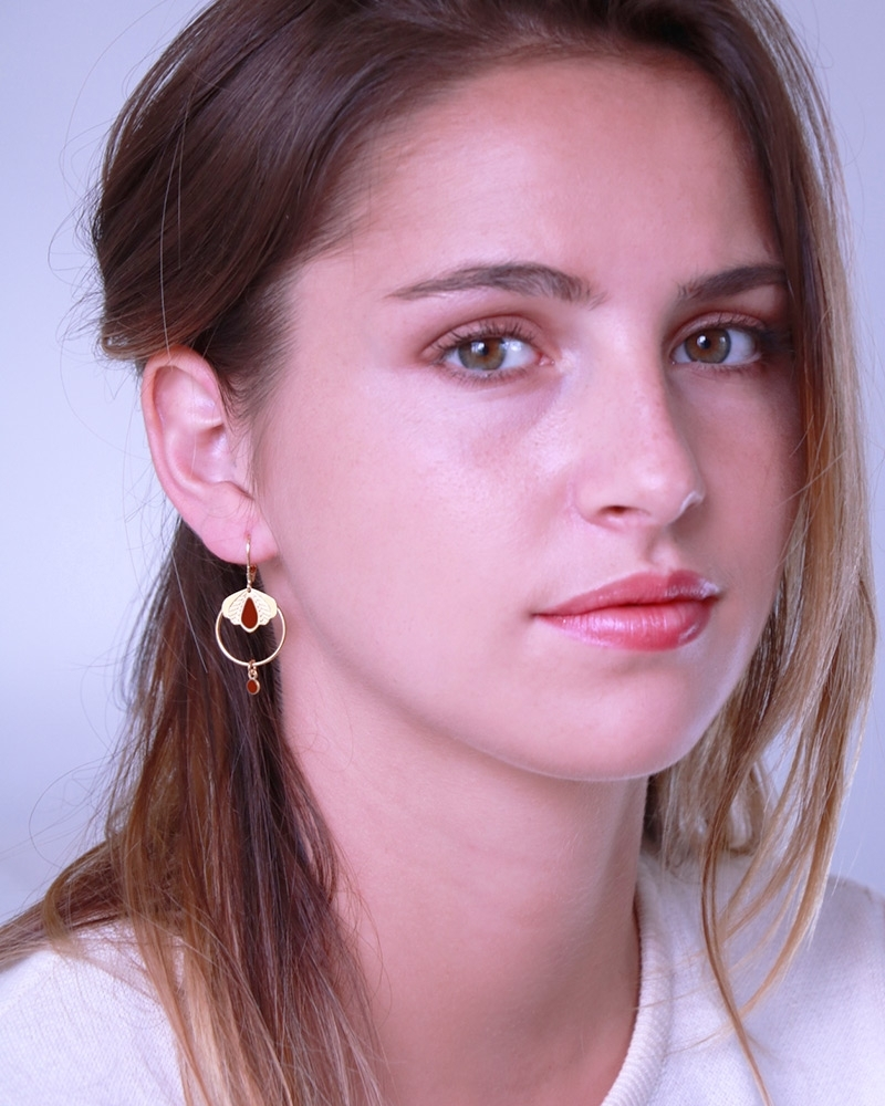 Sophie-Lou porte les boucles Chloé en Terracotta