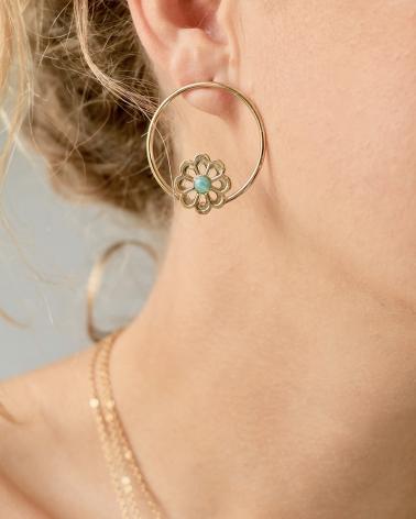 Justine porte les boucles d'oreilles cercle Coachella en Amazonite