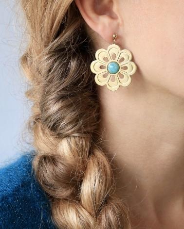 Boucles d'oreilles grande fleur en amazonite portées